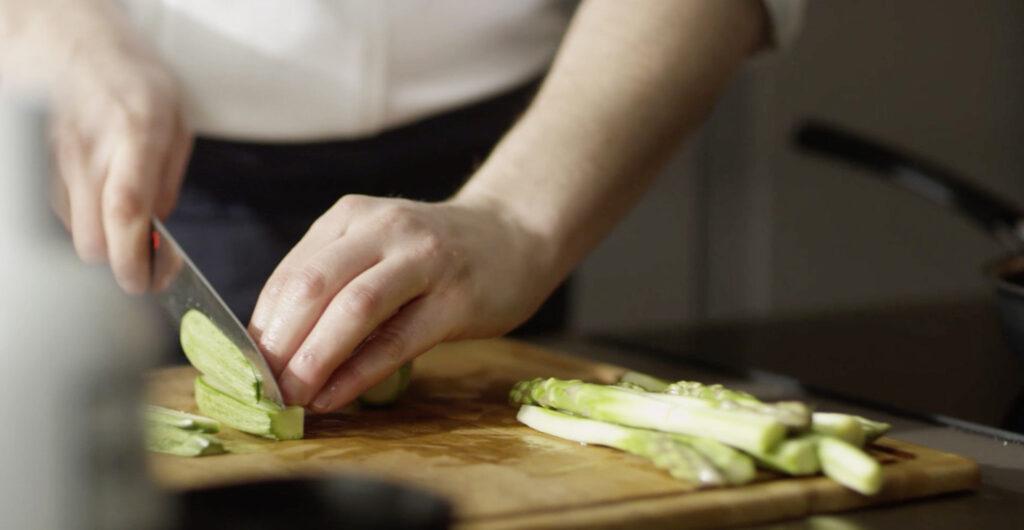 taglio zucchine in cucina