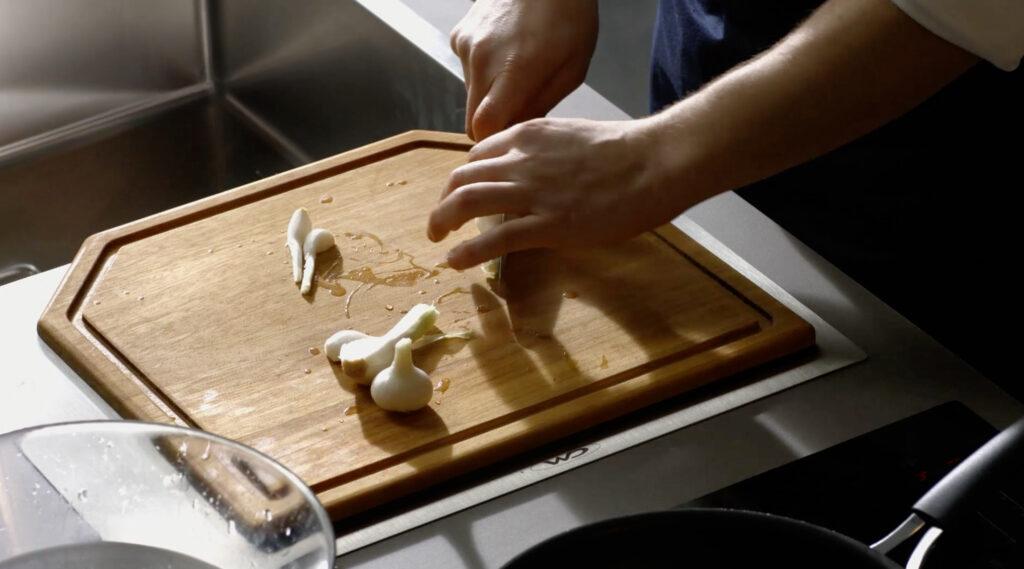piani in okite al prerzzo del laminato - lo cheff taglia la cipolla